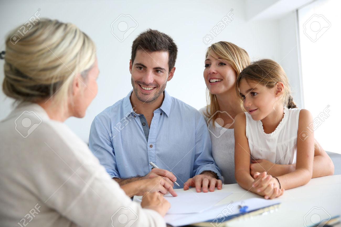 24562598-Riunione-di-famiglia-agente-immobiliare-per-la-casa-di-investimento-Archivio-Fotografico