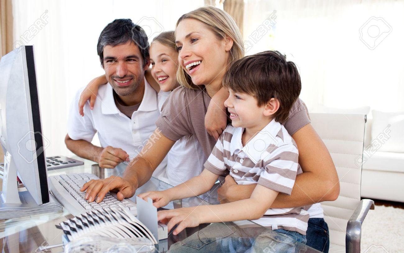 10134730-Prendersi-curarsi-dei-genitori-insegnando-loro-figli-come-utilizzare-un-computer--Archivio-Fotografico